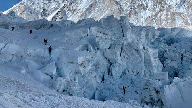 Przejście wśród seraków lodowca Khumbu. Fot: WF