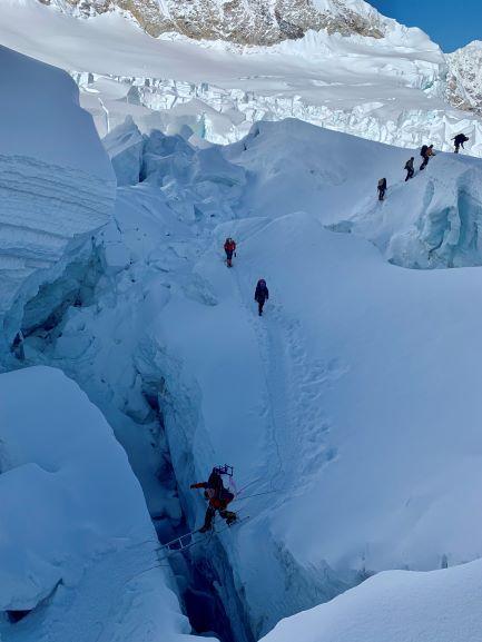 Przejście dużej szczeliny lodowca Khumbu. Fot: WF